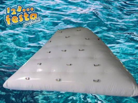 gioco gonfiabile galleggiante mare arrampicata