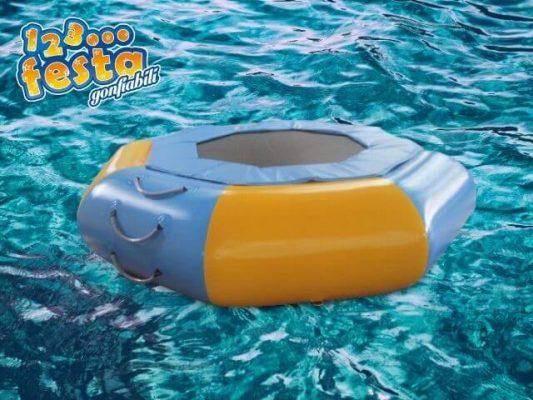 trampolino gonfiabile acquatico