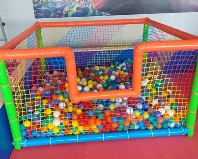 piscina con palline bambini