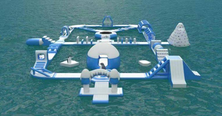 parco gonfiabile acquatico in mare