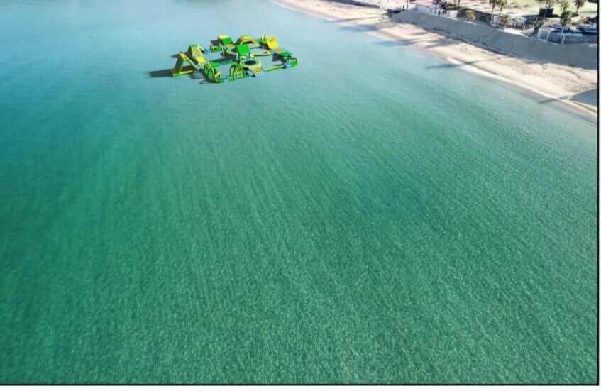 parco giochi con gonfiabile sul mare